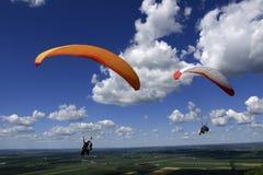 纵排的滑翔伞 库存照片
