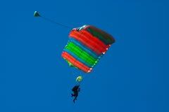 纵排的跳伞运动员 免版税库存照片