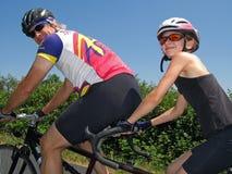 纵排的骑自行车者 库存图片
