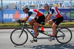 纵排自行车的骑自行车者