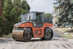 纵排路辗,在果戈理街上的路修理在Pyatigorsk,俄罗斯 免版税库存照片