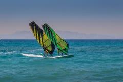 纵排风帆冲浪在罗得岛 免版税库存图片