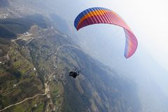 纵排滑翔伞在尼泊尔 免版税库存图片