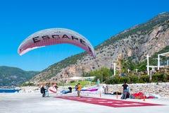 纵排滑翔伞着陆 库存照片