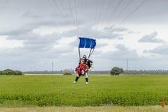纵排skydive着陆在塞维利亚 西班牙 库存图片