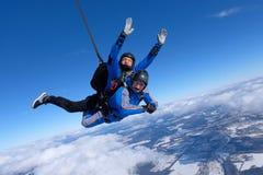 纵排skydiving 两个人是在天空蔚蓝 免版税库存图片