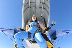 纵排skydiving 乐趣情感在出口片刻 库存照片