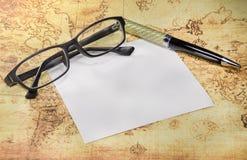 纸、笔和镜片在一个旧世界映射 库存图片