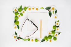 纸、铅笔和玻璃与花圈框架 库存图片