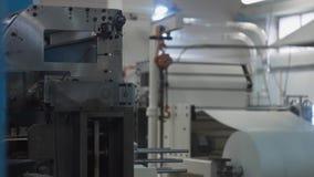 纸产品制造的植物机械 猛击或切割机 影视素材