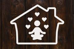纸人剪影实践的瑜伽在房子里,健康概念 免版税图库摄影