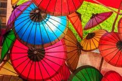 纸伞在夜市场,琅勃拉邦,老挝上 库存图片
