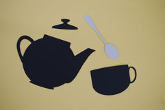 纸删去了有杯子和匙子的倾吐的茶壶 图库摄影