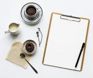 纸剪贴板鸟瞰图有咖啡杯和蛋糕的 库存照片