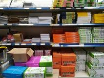 A4纸包裹和文具 免版税库存图片