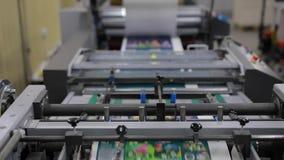 纸印刷品工厂,在工作的印刷术机器 影视素材