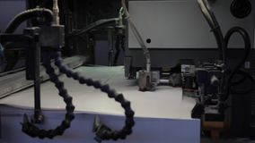 纸印刷品工厂,在工作的印刷术机器 股票视频