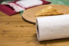 纸卷在一张木桌上的毛巾 图库摄影