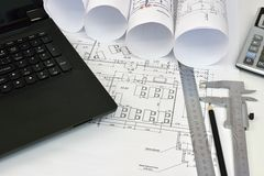 纸卷建筑师的图画和工具 库存图片