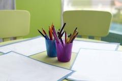 纸和五颜六色的铅笔 库存图片