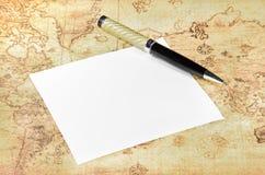 纸和笔在一个旧世界映射 库存照片