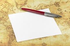 纸和笔在一个旧世界映射 库存图片