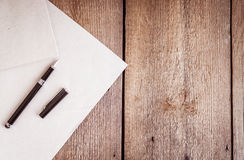 纸和笔在木背景 库存照片