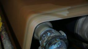 纸和纸板的生产在老工厂设备 股票视频