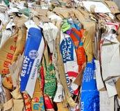 纸和老箱子准备好回收 免版税库存照片