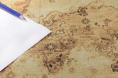纸和铅笔在一个旧世界映射 库存照片