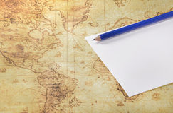 纸和铅笔在一个旧世界映射 免版税库存照片