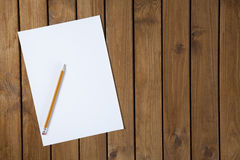 纸和铅笔在书桌上 免版税库存照片