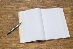 纸和铅笔在木桌上 免版税库存照片