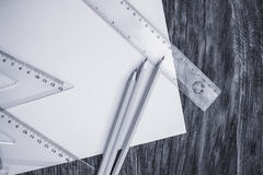 纸和铅笔在木桌上 免版税库存图片