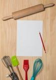 纸和铅笔有厨房工具的 免版税库存照片