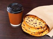 纸咖啡和巧克力曲奇饼 免版税库存照片