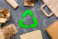 纸回收与纸和纸盒垃圾的标志在灰色桌背景顶视图 库存照片