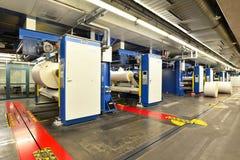 纸在一家大印刷字体商店f滚动和橡皮打印机 库存照片