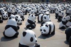 纸在1,600只熊猫世界游览的Mache熊猫在曼谷,泰国 免版税库存图片