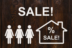 纸妇女和房子有销售文本的 抽象概念性图象 免版税库存图片