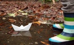 纸小船和他的反射在秋天 免版税库存图片