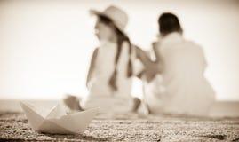 纸小船海滩 免版税库存图片