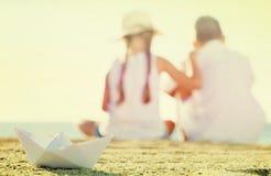 纸小船海滩 库存图片