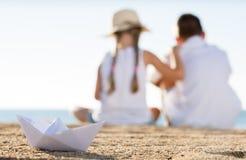 纸小船海滩 免版税库存照片