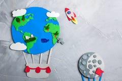 纸工艺地球地球手工制造在灰色具体背景 免版税库存照片