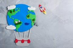纸工艺地球地球手工制造在灰色具体背景 免版税图库摄影