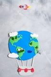 纸工艺地球地球手工制造在灰色具体背景 库存图片