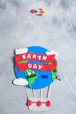 纸工艺地球地球手工制造在灰色具体背景 免版税库存图片