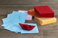 纸巾和纸小船 免版税库存图片