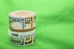 纸币卷1040形式橡皮筋儿 免版税库存照片